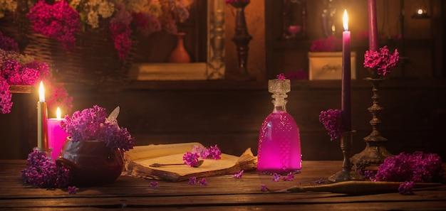 Poção mágica de flores lilases na casa da bruxa