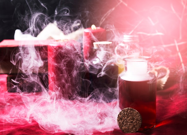 Poção vermelha e decorações de halloween em fumaça