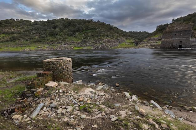 Poço antigo na margem do rio alagon. extremadura. espanha.