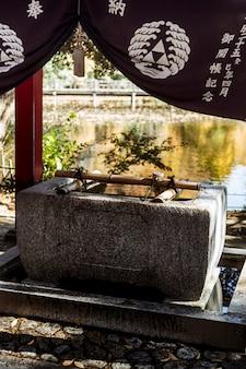 Poço de água no templo japonês