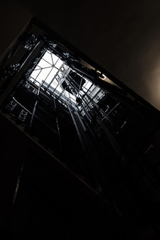 Poço de um elevador baleado por baixo