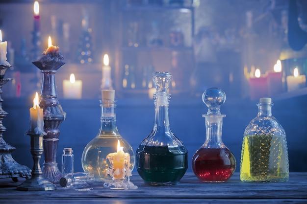 Poções mágicas em garrafas com fundo de madeira