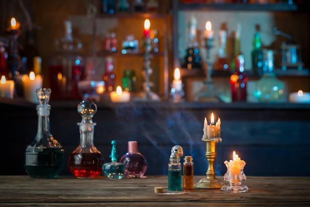 Poções mágicas em garrafas na mesa de madeira