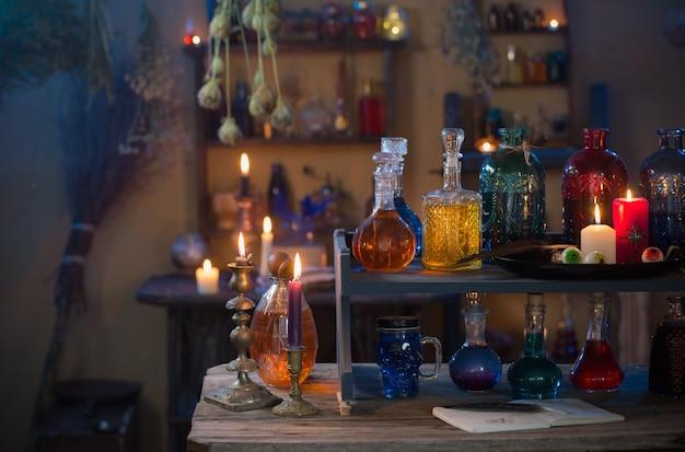 Poções mágicas na casa da bruxa com velas acesas à noite