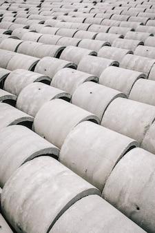 Poços de anéis de concreto com diâmetros diferentes e cinza ficam na rua