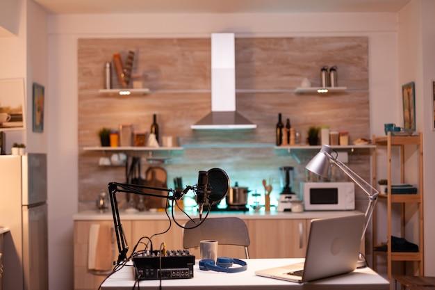 Podcast home studio na cozinha com equipamento profissional de brodcasting