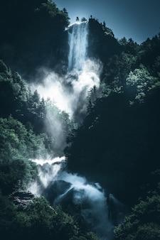 Poder de uma cachoeira de água
