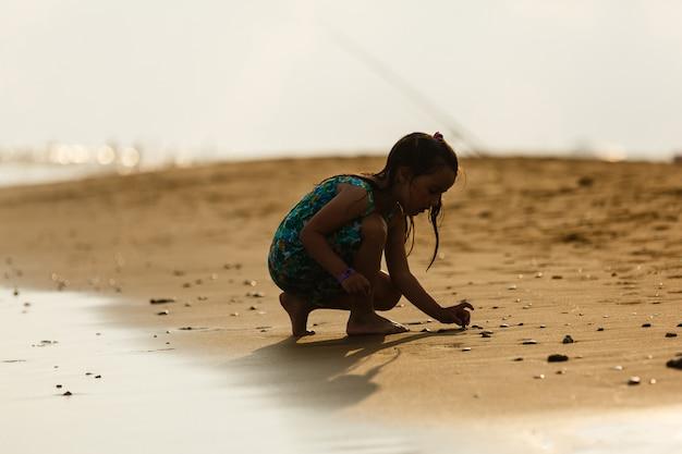 Poder de uma menina à beira-mar