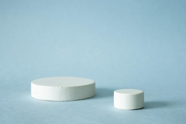Pódio de formas geométricas brancas para exibição de produtos em azul