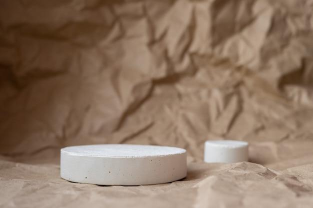 Pódio de formas geométricas brancas para exposição de produtos em papel artesanal