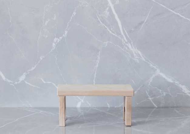 Pódio de madeira em fundo de mármore cinza