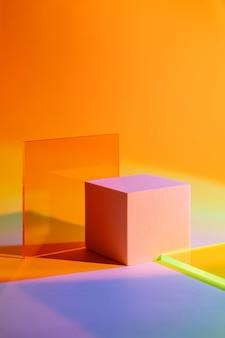 Pódio do cubo com placa de acrílico em fundo gradiente colorido. formas geométricas elegantes para mostrar os produtos.