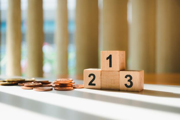 Pódio do vencedor com pilha de moedas usando como bolsa de valores, competição de negócios e conceito financeiro
