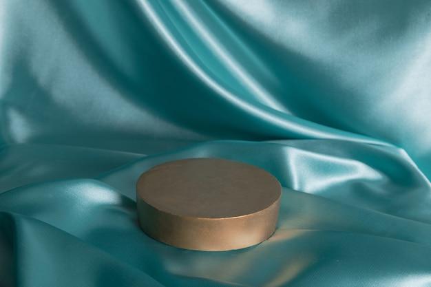 Pódio ou pedestal vazio para perfume ou produto cosmético em tecido de cetim com dobras