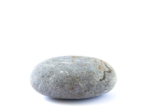 Pódio ou plataforma de pedra para produtos cosméticos ou outro objeto. seixo isolado em fundo branco