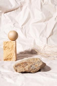 Pódio para apresentação de embalagens e cosméticos de cor bege natural. pódio de pedra e flor seca