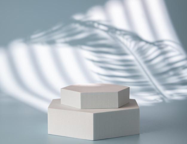 Pódio para apresentação de produto, cenário com sombras e luz