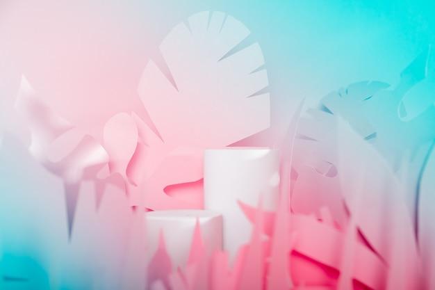 Pódios do cilindro branco entre folhas tropicais de papel. vitrine pódios para produtos cosméticos. maquete para as exposições, apresentação de produtos,