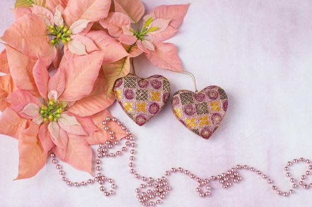 Poinsétia rosa, contas cor de rosa, dois corações