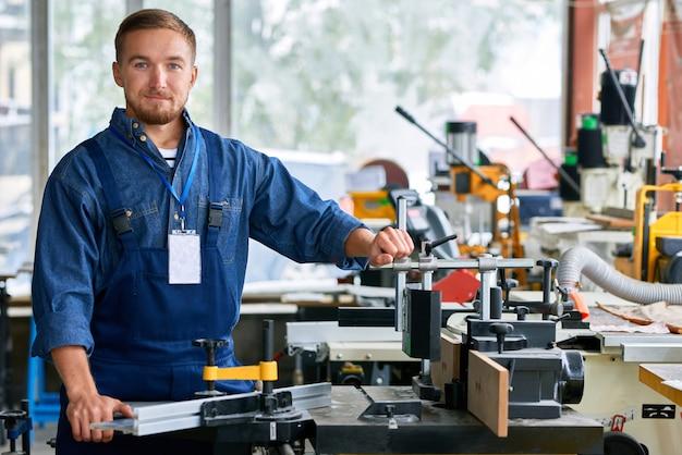Poising do trabalhador na sala de exposições das unidades da máquina