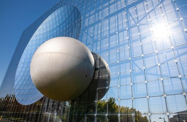 Poitiers frança 21 de setembro de 2010 edifício de vidro no futuroscope