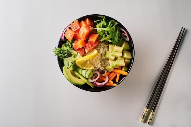 Poke bowl com rúcula de pepino salmão abacate com pauzinhos