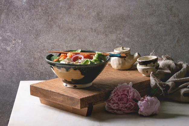 Poke bowl com salmão