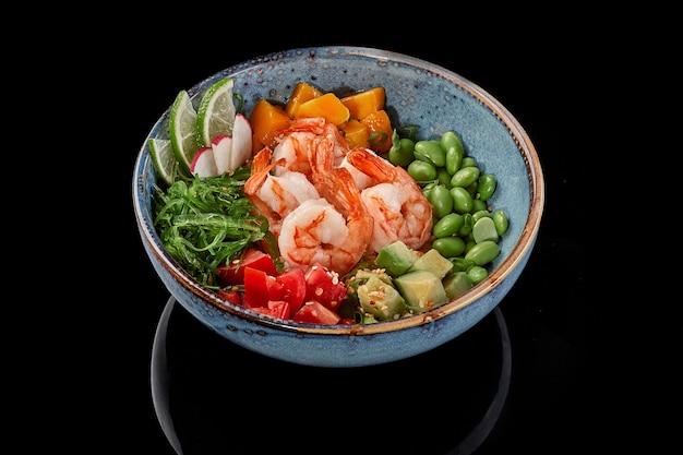 Poke tigela com camarão manga tomate abacate edamame feijão arroz wakame algas rabanete e limão
