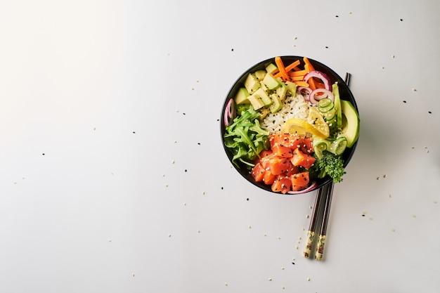 Poke tigela com salmão, abacate, pepino, pauzinhos de rúcula