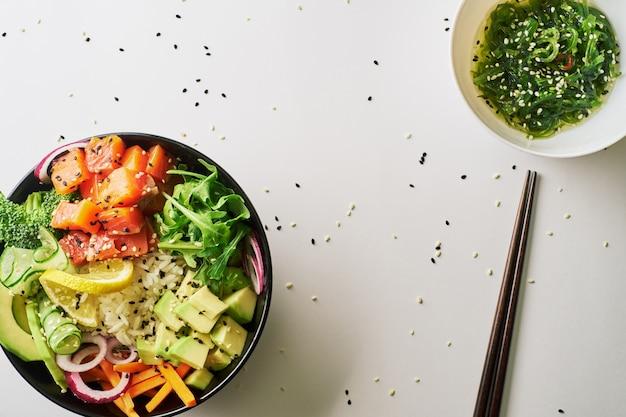 Poke tigela com salmão, pauzinhos de abacate