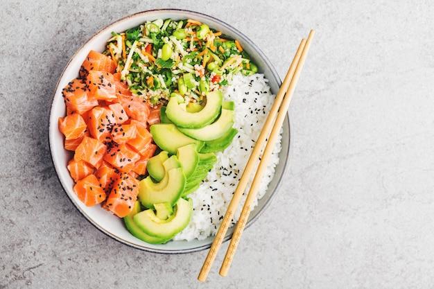 Poke tigela com salmão servido na tigela