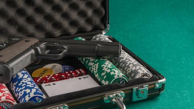 Poker definido com uma arma. o conceito de jogos de azar e entretenimento. cassino e pôquer