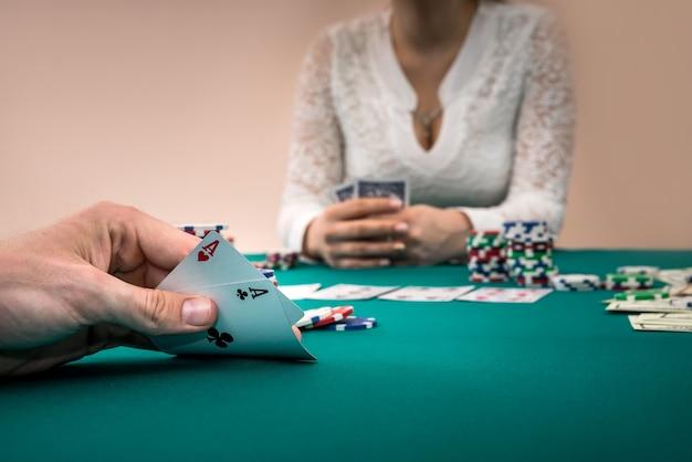 Poker, jogador com combinação perfeita vs jogador