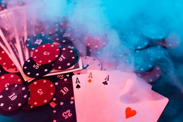 Poker jogando fichas, cartas e dinheiro com fumaça inchada