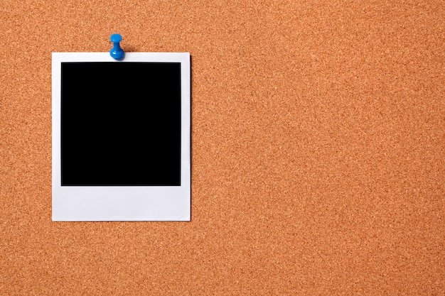 Polaroid photo print fixado a uma placa da cortiça