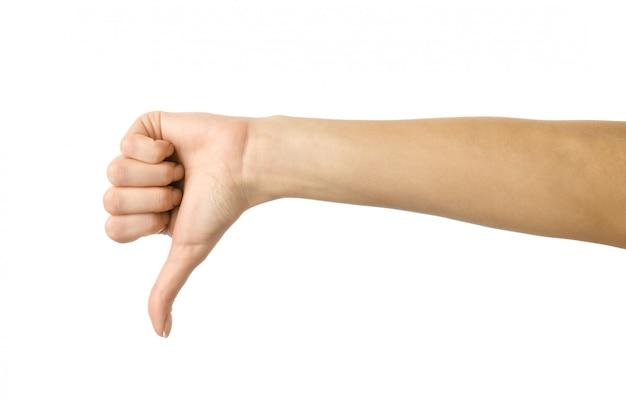 Polegar para baixo. mão de mulher gesticulando isolado no branco
