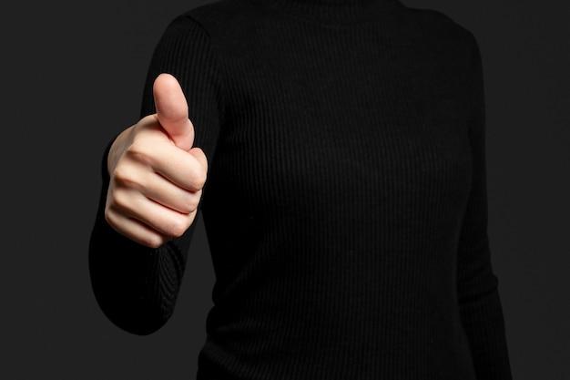 Polegar para cima com gesto de mão, digitalização de impressão digital com tecnologia de segurança biométrica