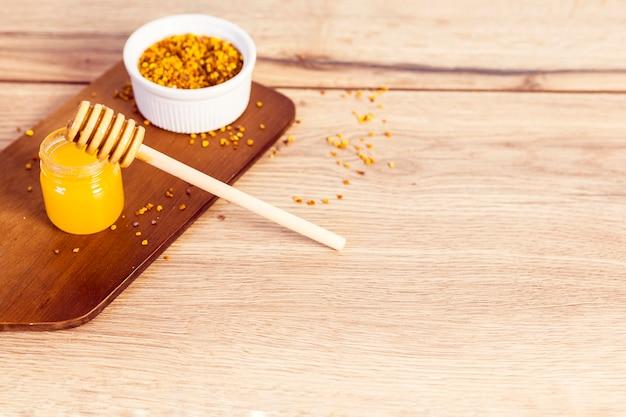Pólen de mel e abelhas na madeira texturizada
