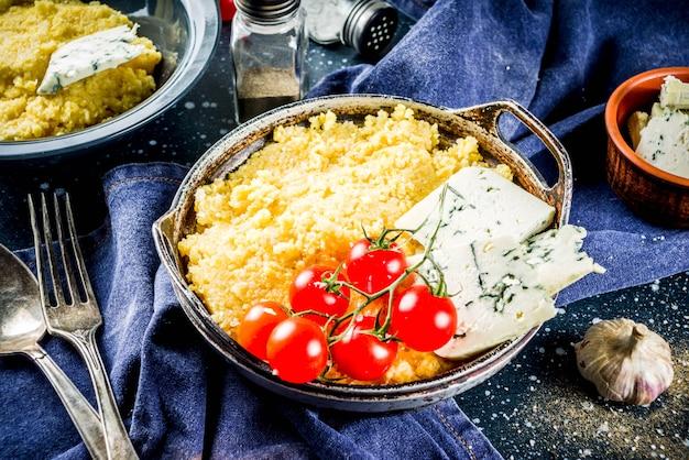 Polenta com gorgonzola e tomate