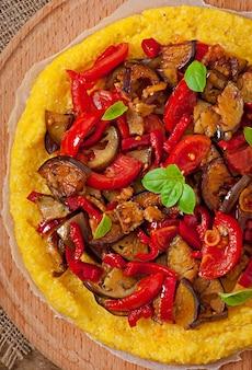Polenta com legumes - pizza de milho com tomate e berinjela