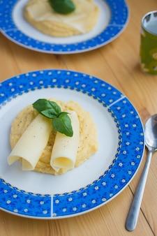 Polenta de milho italiano com queijo e manjericão