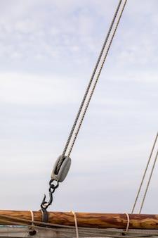 Polia e cordas em um velho barco à vela