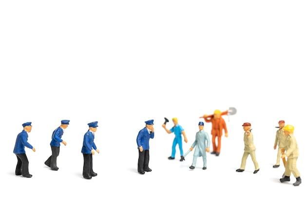 Polícia e uma multidão enfurecida em fundo branco