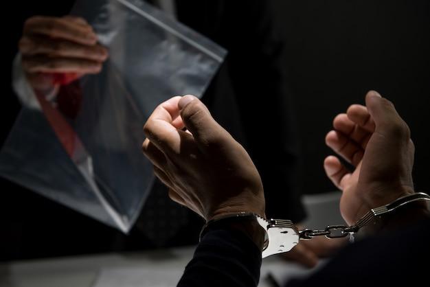 Polícia mostrando uma evidência em investigação criminal