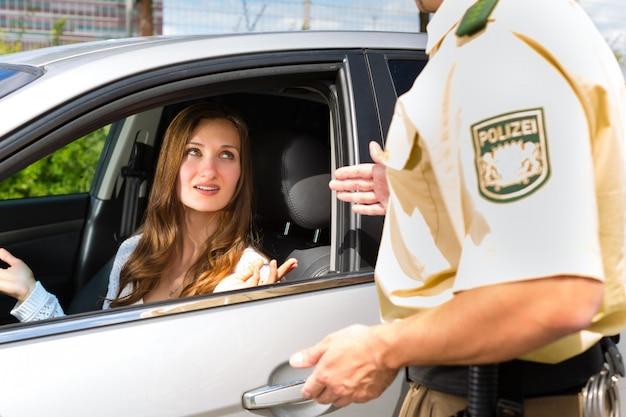 Polícia - mulher em violação de trânsito recebendo o bilhete