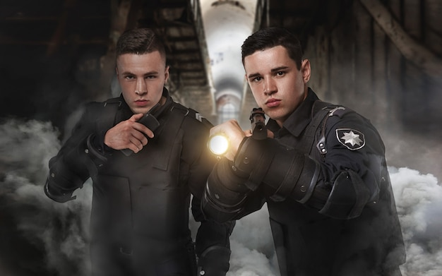 Policiais armados de uniforme e armadura corporal