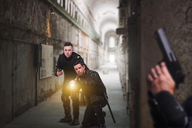 Policiais com armas e lanterna, vista frontal