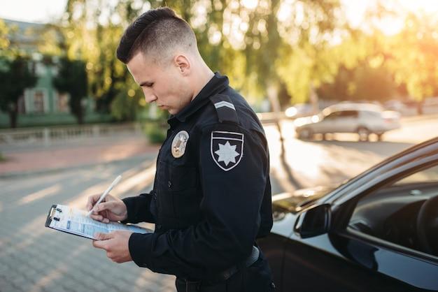 Policiais do sexo masculino assinam multa na estrada