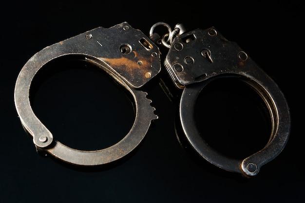 Policial algema com chaves e uma etiqueta preta