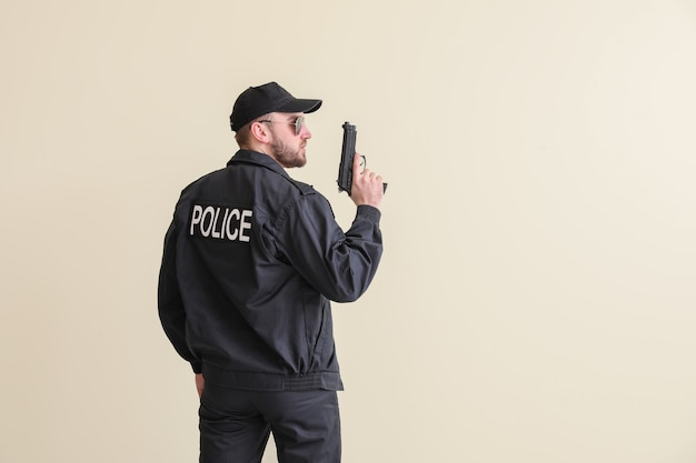 Policial masculino com arma